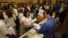 No olvide que si usted asiste a la Feria de Empleo de AL DÍA se le pedirá traer al menos 20 copias de su currículo, incluyendo una copia que entregará al registrarse al inicio del evento. AL DÍA NEWS
