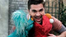 The Colombian singer Juanes visited Sesame Street.