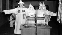Las mujeres del Klan saludan a la cruz en Atlanta, Georgia, el 18 de agosto de 1937. Photo: AP