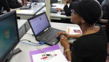 Una residente hace uso de los espacios computacionales de Philadelphia OIC para someter solicitudes de empleo en línea. (Dominique Johnson/Al DÍA News)