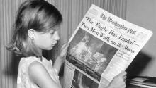 Imagen de una niña leyendo la edición del Washington Post deldel 21 de julio de 1969, en la que se anunciala llegada de Estados Unidos a la Luna. Los premios Pulitzer, fundados en 1917, premian el mejor periodismo americano. Foto: Wikipedia