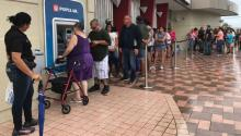 Residentes de Ponce, Puerto Rico, esperando su turno para retirar dinero de un ATM, en septiembre de 2017. Durante las semanas siguientes al huracán María, los ciudadanos de la isla tuvieron que hacer largas colas paraconseguir dinero en efectivo y gasolina. Foto: VOA/Wikimedia Commons