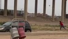 Un patrullero fronterizo detuvo de repente su coche... ¿Por qué?Photo: YouTube.