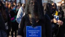 Decenas de mujeres llegan al puerto de Valparaíso, Chile, recitando un conjuro y vestidas de luto. ¿Qué se proponen? Photo: France24