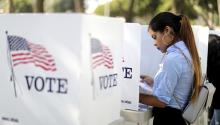 Destiny Martínez, de 18 años, vota por primera vez en lavotación anticipada de Power California para los estudiantes del Distrito Escolar Unificado de Los Ángeles, el 24 de octubre de 2018 en Norwalk. Photo: Getty Images.