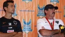 Ricardo Lavolpe (a la derecha) cuandoera el entrenadorde C.F. Monterrey. Foto: Jarrett Campbell via Flickr (bajo licencia CC BY 2.0).