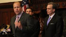 El senador estatal de Pensilvania Daylin Leach (izq.) actualmente está buscando legisladores que copatrocinen su propuesta de ley.