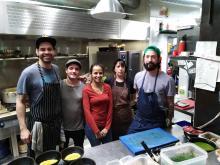 La venezolanaArleny Medina rodeada del equipo del Leka, un restaurantecon toques latinoamericanosen el Poble Nou, undistrito del diseño y la tecnología de Barcelona.
