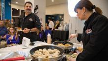 Demostración en vivo de la cocina del Loco Lucho. Foto tomada por Samantha Laub/AL DÍA News.