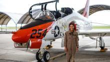 La Teniente J.G. Madeline Swegle sale de un avión de entrenamiento Goshawk T-45Ctrascompletar su último vuelo del programa de entrenamiento de pilotos de la Estación Aérea Naval en Kingsville, Texas, el 7 de julio. Photo: AP