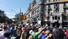Manifestantes pro-independencia bloquearon la entrada del Departamento de Economía del gobierno catalán, en Barcelona, donde el pasado miércoles la Guardia Civil detuvo a diversos miembros del gobierno catalán acusados de estar implicados en la convocatoria del referendum ilegalpor la independencia el próximo 1 de octubre. Foto: Andrea Rodés