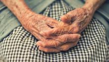 Los temblores en las manoses unode los síntomas de la enfermedad de Párkinson. Foto:Cristian Newman