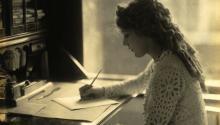 Las escritoras latinas tienen cada vez mayor peso en el escenario literario de los Estados Unidos. Foto de la guionista canadiense Mary Pickfordescribiendo en su escritorio, en marzo de 1918. WIKIMEDIA