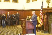 El alcalde Jim Kenney anuncia los detalles del nuevo plan de reducción de violencia con armas de fuego de su administración en el Ayuntamiento. Foto: David Maas/AL DÍA News.