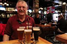 Chris Mullins, propietario de McGillin's Olde Ale House, muestra la especialidad de la casa. Un 'sampler' con cinco cervezas locales y de la región que incluyen las cervezas 'McGillin's 1860', 'McGillin's Ale' y 'McGillin's Lager'. Samantha Madera/ALDÍA