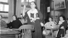 Mary Zuk, líder de la Huelga de Carne de Hamtramck, habla con un grupo de mujeres, 1935.Cortesía de Walter P. Reuther Library.