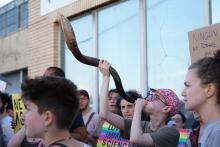 Un manifestante hace sonar el shofar, un cuerno de carnero, en la manifestación frente a un centro de detención de ICE en Elizabeth, NJ, el 30 de junio. Más de 200 activistas y aliados judíos se reunieron para exigir el fin de ICE y el cierre de los centros de detención de inmigrantes en todo el país. Foto: Nur Shlaopbersky.