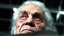 Fotografía de archivo fechada el 8 de agosto de 2001 del escritor chilenoNicanorParramientras posa en su casa, en Las Cruces (Chile). El poeta chilenoNicanorParra, creador de la antipoesía y ganador de numerosos galardones literarios, entre ellos el Premio Cervantes, murióel martes 23 de enero de 2018, en Santiago (Chile), a los 103 años.EFE/Mario Ruiz/ARCHIVO