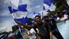 A group of people protest on Wednesday, May 16, 2018, when the National Dialogue begins at the Fatima Seminary in Managua (Nicaragua). EFE / Welcome Velasco.
