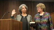 En el momento del juramento de la jueza Nitza Quiñones Alejandro, su pareja por 23 años Sanjuanita González (der.) se mantuvo a su lado. AL DÍA News