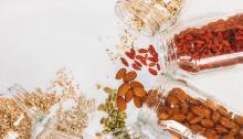 Los frutos secos son un buen snack para tomar entre horas. Foto:MaddiBazzocco