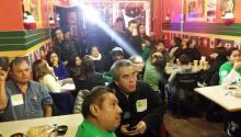 Miembros de la organización Juntos se reunieron el 20 de noviembre en Taquitos de Puebla, en 'South Philly', para escuchar el anuncio de la acción ejecutiva en materia de inmigración del presidente Barack Obama.