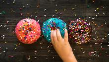 Los niñoscadavez estánmás expuestos a la publicidadde alimentospoco saludables. Foto:Photo byPatrick Fore