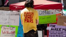 "Philly Democratic Socialist Association member Jamie Rush sports an ""End PARS"" shirt at the Occupy ICE PHL encampment on the east side of City Hall. Greta Anderson / AL DÍA News"