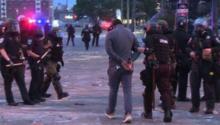 Detención del periodista de CNN Omar Jiménez en directo y por la Policía de Minneapolis. Photo: CNN