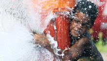Un niño juega con un hidrante en el norte de Filadelfia. Archivo AL DÍA News.
