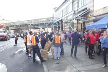 Voluntarios y funcionarios de la ciudad limpian la avenida Kensington el 1 de noviembre.