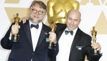Guillermo del Toro, ganador del Oscar al mejor director por 'The Shape of Water' posa junto al productor J. Miles Dale en la sala de prensa de la gala de entrega de los premios de la Academia en el Dolby Theater de Los Angeles.EFE/EPA/PAUL BUCK
