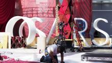 Un trabajador ultima los preparativos de la ceremonia de los Oscars. EFE/EPA/JOHN G. MABANGLO