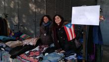 La puertorriqueña Cyntia Manzano y su amiga Alessia Benatton, originaria de Honduras, organizaron el pasado domingo un puesto solidario de venta de ropa de segunda mano en un mercadillo de Barcelona para ayudar a los damnificados por el huracán Maria enPuertoRico. Foto: Andrea Rodés