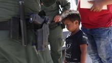 MISSION, TX - 12 de junio: Un niño y un padre de Honduras son detenidos por agentes de la Patrulla Fronteriza de Estados Unidos cerca de la frontera de EE.UU.-México el 12 de junio de 2018 cerca de Mission, Texas. Foto: John Moore/Getty Images