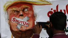 Una pancarta contra Donald Trump en Karachi, Pakistán. Foto: EFE/ Rehan Khan