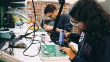 Estudiantes trabajando en un salón de clase de NextFab en el sur de Filadelfia, en la Avenida Washington. Foto cortesía de NextFab.