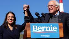 La representante Alexandria Ocasio-Cortez apoya al candidato presidencial demócrata, el senador Bernie Sanders, en un mitin de campaña en Queensbridge Park el 19 de octubre de 2019 en el municipio de Queens en la ciudad de Nueva York. Foto: Kena Betancur / Getty Images