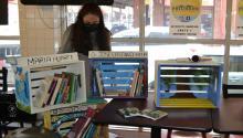 Cada caja de libros ubicada en un negocio local lleva el nombre de quien los donó o de un latinxeminente de Filadelfia. Photo: Impacto.