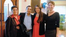 El activista inmigrante Cesar Vargas junto a su madre Teresa Galindo (izq.), Maria Sotomayor, organizadora de PICC, y Sundrop Carter, directora de la organización.