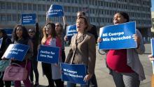 Los activistas de Planned Parenthood se manifiestan fuera del Departamento de Salud y Servicios Humanos el 20 de octubredel 2017 (J. Scott Applewhite/AP)