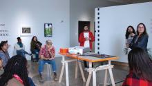 Algunos de los colaboradores de la exposición Extension or Communication: Puerto Rico habla del proyecto frente de un grupo de estudiantes del Philadelphia Photo Arts Center el 10 de abril. Foto: Emily Neil / AL DÍA News