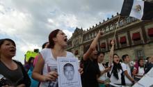 Activistas marchan en Ciudad de México en apoyo a los 43 jóvenes desaparecidos en Iguala, estado de Guerrero, este miércoles. Foto: EFE