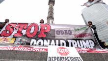 """Un grupo de personas se manifiesta en contra del presidente electo de EE.UU., Donal Trump, en Ciudad de México. Trump amenazó durante su campaña a la Presidencia con renegociar el Tratado de Libre Comercio de América del Norte (TLCAN), confiscar remesas o levantar un muro a lo largo de la frontera común para evitar el flujo de indocumentados o esos """"violadores"""" y """"criminales"""" que, según dijo, México """"envía"""" a EE.UU. EFE"""