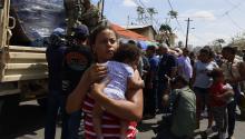 Las autoridades reparten alimentos entre la población de San Juan, Puerto Rico,donde el huracán Maria ha dejado a miles de personas incomunicadas y sin acceso a electricidad ni agua corriente. EFE/Thais Llorca