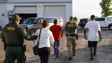 Inmigrantes son detenidos por la Patrulla Fronteriza en Ohio. Fuente: Chicago Tribune.