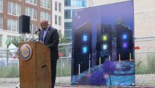 El alcalde de Filadelfia Michael Nutter presentó a los familiares de las seis personas que murieron el 5 de junio del 2013 en el colapso del edificio, localizado en Market y 22th Street, con réplicas de las ventanas de colores que se incluirán en la escultura conmemorativa.