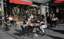 Clientes en una terraza de la Barceloneta. Foto de Ferran Nadeu.