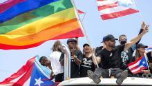 Ricky Martin ondea la gay pride flag durante las protestas del 22 de julio de 2019 en Puerto Rico. Photo: AP
