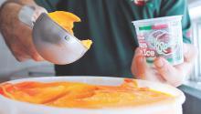 """El agua de hielo sabor Mangoneada es una nueva versión de la receta que en México se conoce comúnmente como """"chamoyada"""" que combina el sabor del mango con el chamoy (una salsa de condimento dulce, salado y picante). AL DÍA News"""